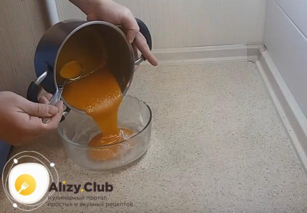 Приготовленную для мармелада массу заливаем в форму.