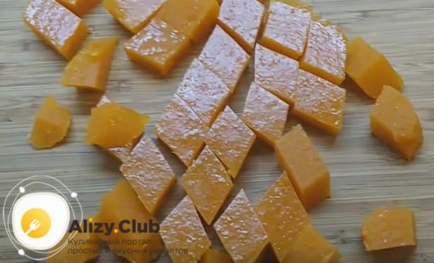 Застывший пласт мармелада режем на отдельные конфетки.