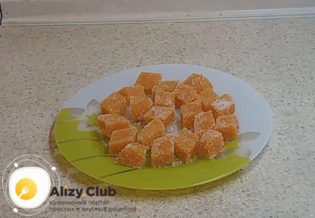 Готовый мармелад можно обвалять в сахаре или сахарной пудре.