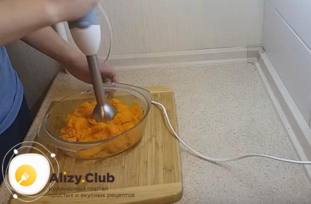 При помощи блендера измельчаем овощ до состояния пюре.