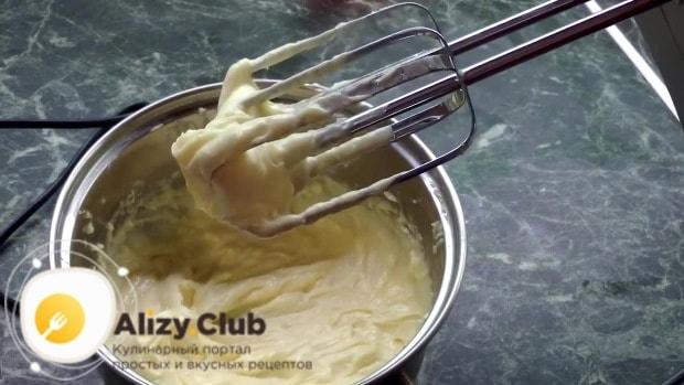 В подостывший крем добавляйте масло