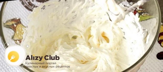 Масляный крем со сгущенкой для торта готов.