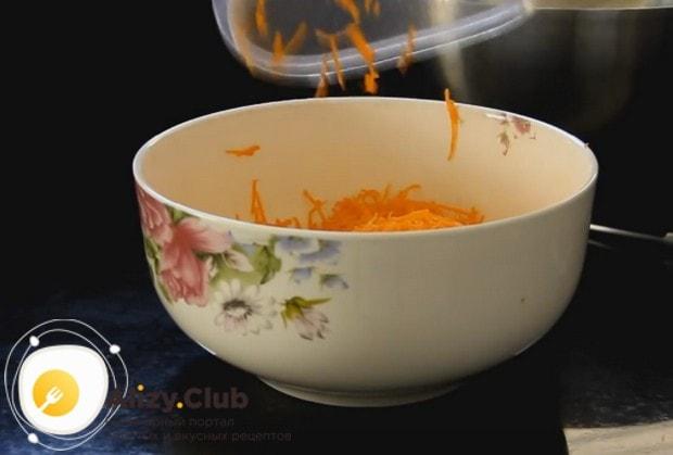 Добавляем морковку в смеси яиц и масла.