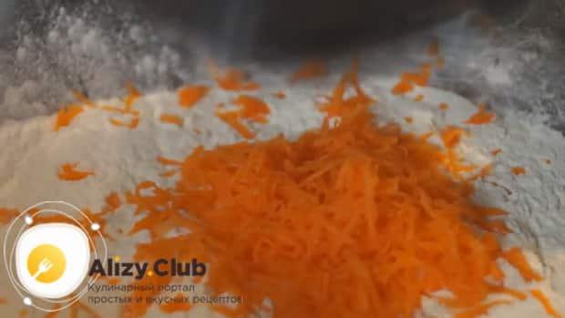 Смешайте морковку для приготовления морковного кекса.