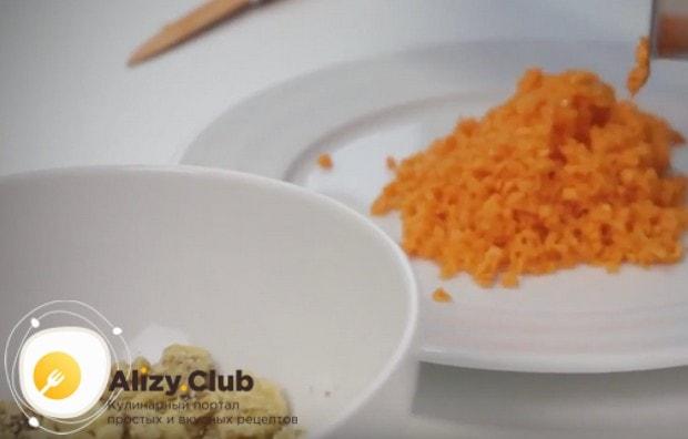 При блендера или кухонного комбайна измельчаем орехи и морковь.