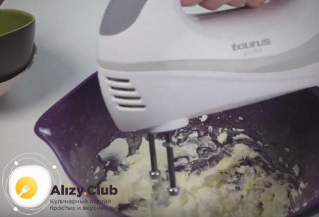 выкладываем в крем сливочный сыр и взбиваем до однородности.