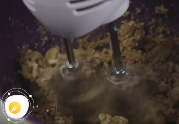 Взбиваем масло с сахаром в пышную однородную массу.