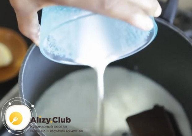 Пока пирог выпекается, приготовим глазурь, поэтому наливаем в сотейник молоко и выкладываем шоколад.