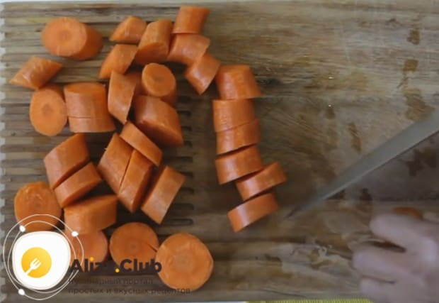 Свежую морковь чистим и режем на небольшие кусочки.