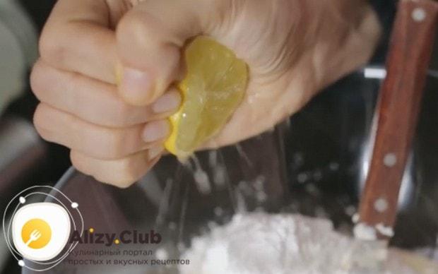 В почти готовый крем выдавливаем лимонный сок.