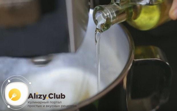 Взбиваем яйца с сахаром, добавляя в массу растительное масло.