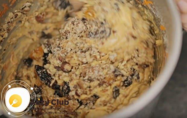 В готовое тесто выкладываем морковь, орехи и сухофрукты, перемешиваем.