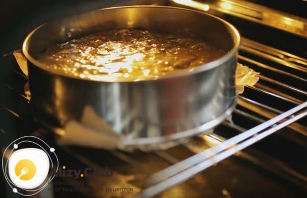 Ставим корж выпекаться в духовке.
