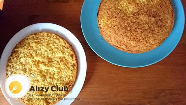 Перед тем как приготовить морковный торт со сметанным кремом разрежьте корж пополам.