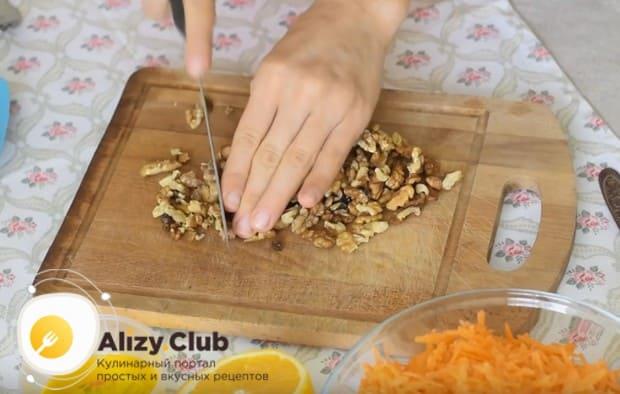 Грецкие орехи можно измельчить обычным ножом.