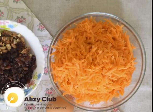 Морковь моем, чистим и натираем на крупной терке.