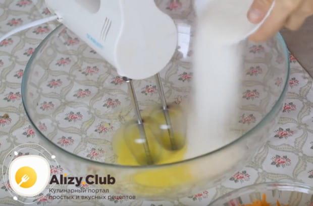 Отделив желтки от белков, взбиваем их с сахаром.