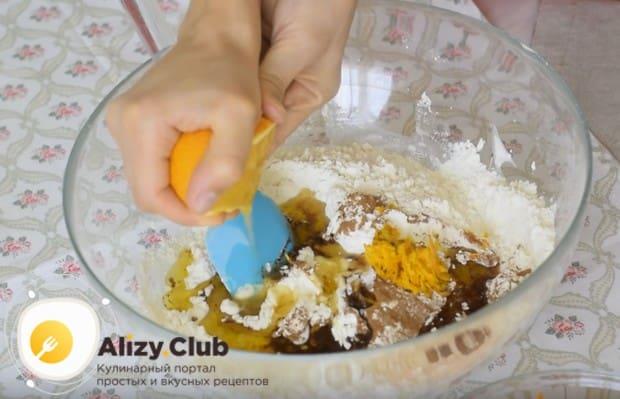 Добавляем в тесто корицу, цедру апельсина, растительное масло и выжимаем апельсиновый сок.