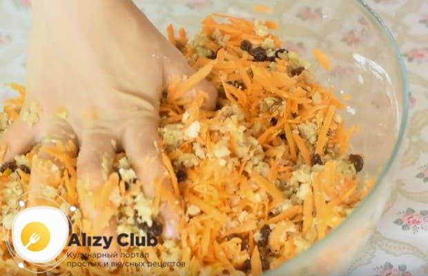 Вмешиваем в тесто морковь, изюм и орехи.
