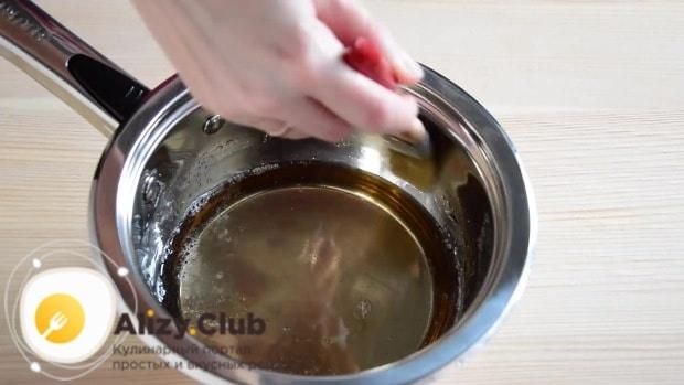 мокрой кисточкой смываем кристаллы сахара со стенок посуды