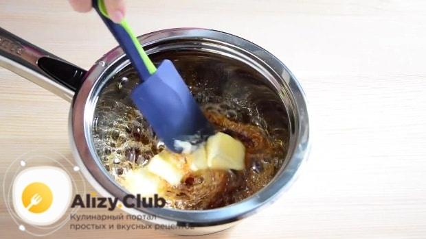 Снимаем сироп с огня, добавляем масло и быстро перемешиваем