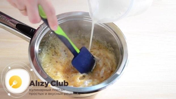 Не переставая помешивать сироп, тонкой струйкой добавляем горячие сливки