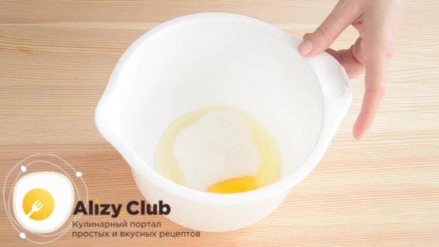 Смешиваем сахар с одним яйцом