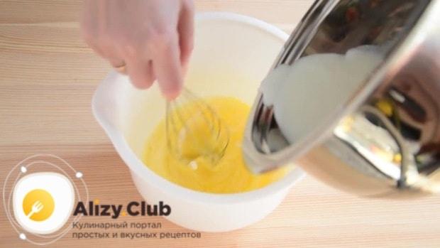 Взбивая яйцо, аккуратно вливаем обжигающее молоко