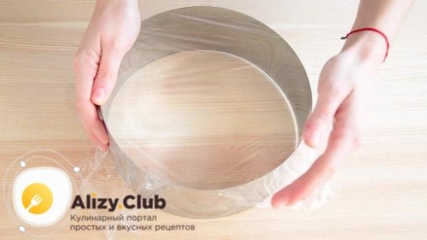 Складываем кольцо для выпекания и затягиваем одну сторону пищевой пленкой