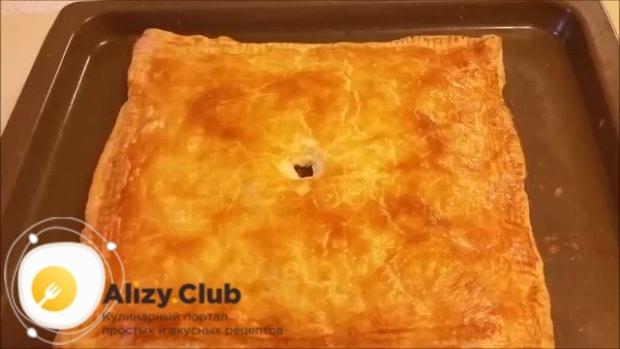 смазываем поверхность пирога сливочным маслом