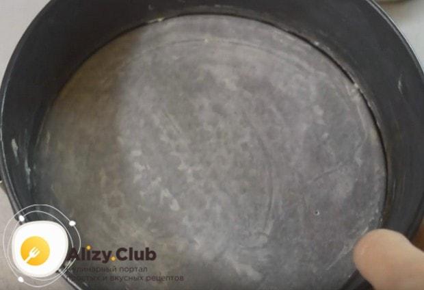 Если готовите насыпной пирог с яблоками в духовке, форму смажьте маслом.