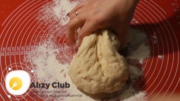 немного обминаем тесто и делим на две равные части