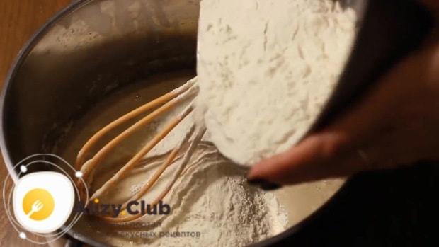 просеиваем муку и добавляем ее небольшими порциями в миску