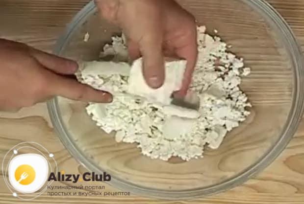 По рецепту. для приготовления осетинского пирога с сыром и картофелем, разомните брынзу.