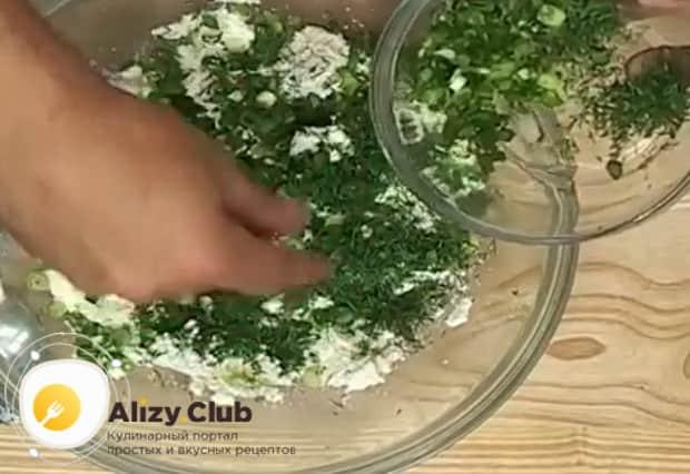 По рецепту. для приготовления осетинского пирога с сыром и картофелем, смешайте ингредиенты для начинки.