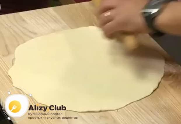 По рецепту. для приготовления осетинского пирога с сыром и картофелем, раскатайте тесто.