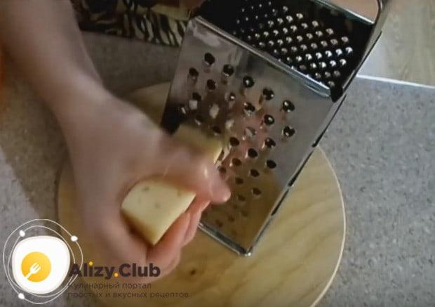 Поскольку мы будем готовить отбивные из свинины в духовке с сыром, натираем его на крупной или средней терке.
