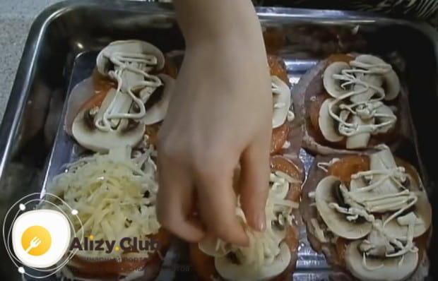 Посыпаем мясо с овощами сыром.
