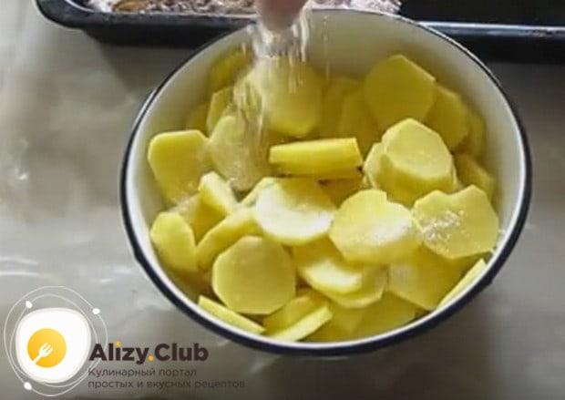 Почищенный и промытый картофель режем кружочками и солим.