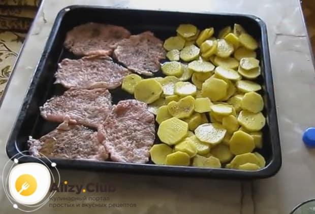Отбивные из свинины в духовке с картошкой будем готовить на одном противне.