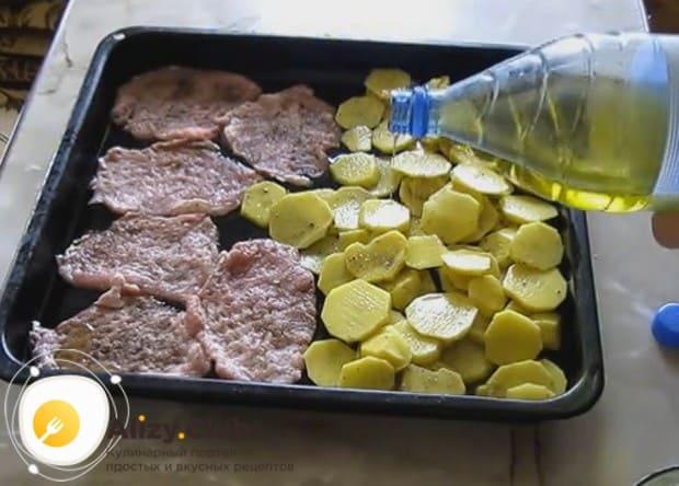 Чтобы на блюде образовалась румяная корочка, слегка поливаем его растительным маслом.