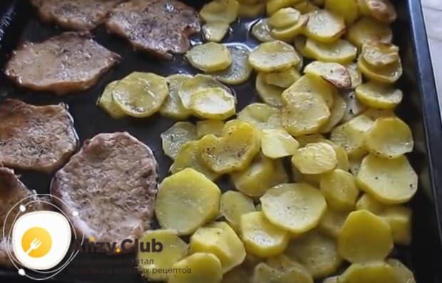 Отбивная из свинины в духовке с картофелем станет шикарным сытным ужином.