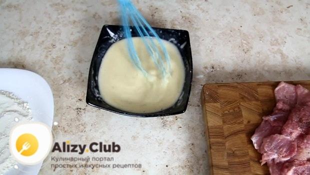 Взбитые яйца смешиваем с солью и мукой