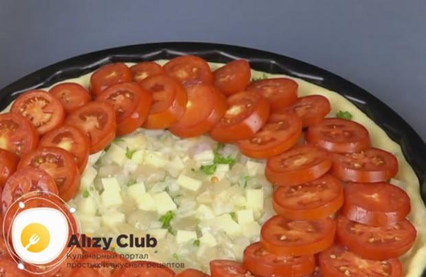 Чтобы наш открытый пирог с курицей и картошкой бл вкусным и красивым, поверх начинку в круг укладываем кружочки помидоров.