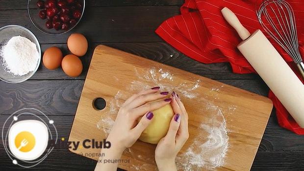 Замесите тесто для приготовления песочного пирога с вишней