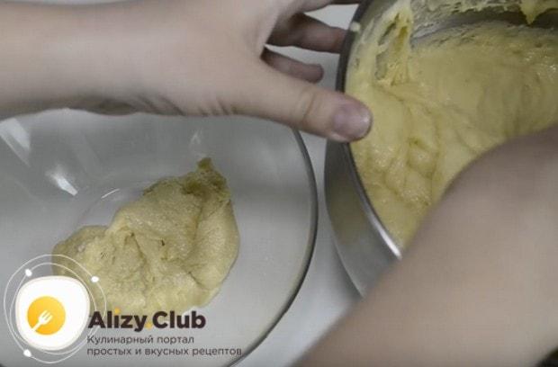 Чтобы сделать куличи с разными наполнителями, разделяем тесто пополам.