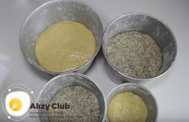 Раскладываем тесто в смазанные маслом формы.