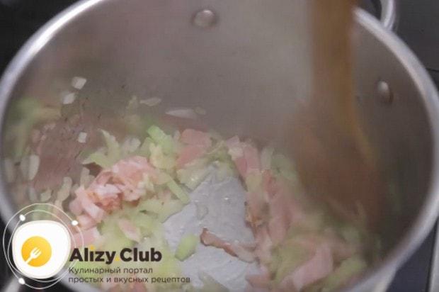Когда лук станет прозрачным, добавляем в сотейник бекон и чеснок.