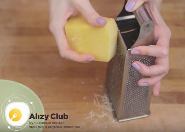 Пока варится спагетти, можно натереть на мелкой терке пармезан.