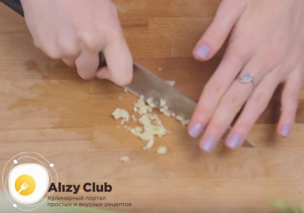 Для приготовления пасты с соусом болоньезе нам также понадобится измельченный чеснок.